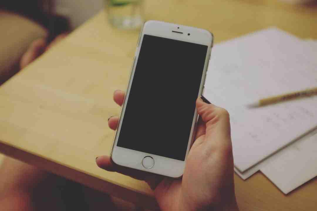 Comment réinitialiser un iPhone 7 avec les boutons ?